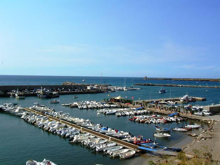 der Hafen von Terrasini im August