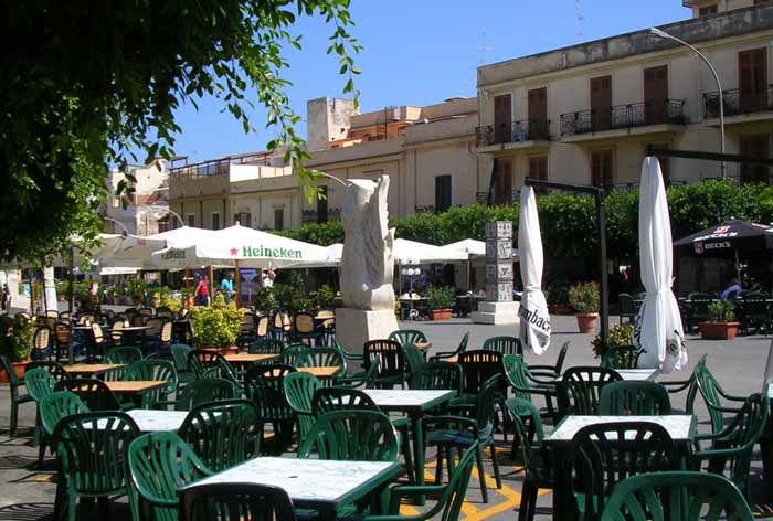 die Piazza in Terrasini im August